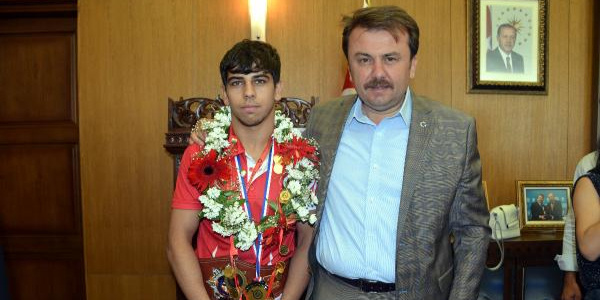 Hırvatistan'dan altınla dönen genç güreşçiye 40 altın hediye
