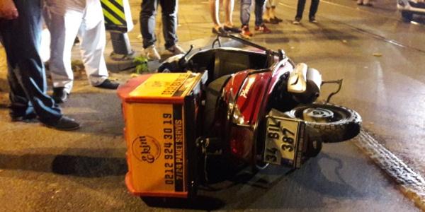 Fatih'te taksi ile motosiklet tramvay yolunda çarpıştı