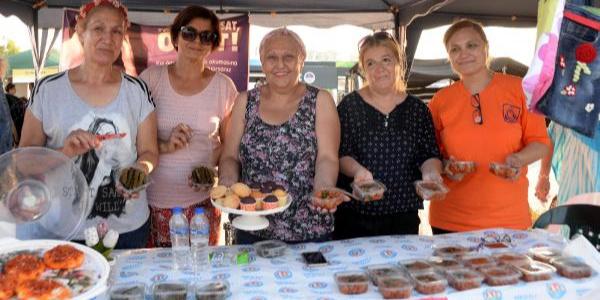 Mersinli bir grup kadın yaptıkları yiyeceklerle 11 öğrenciye burs veriyor
