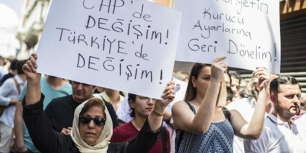 CHP İstanbul İl Başkanlığı önünde CHP'li gençlerden eylem