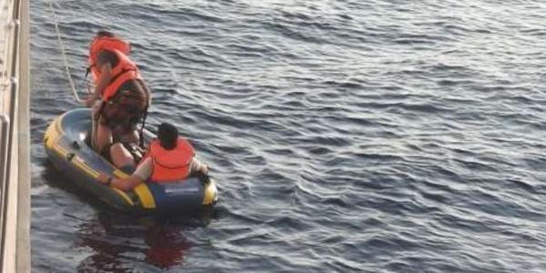 Helikopter gördü, lastik botttan 28'i çocuk 53 kaçak göçmen çıktı
