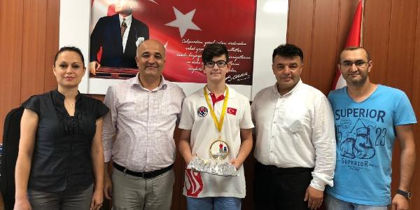 Avrupa'dan şampiyon dönen öğrenciye kaymakamdan ödül