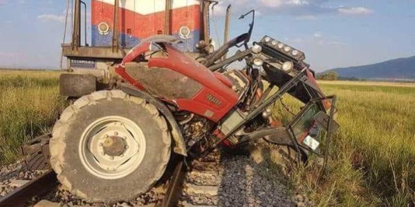 Afyonkarahisar'da tren hemzemin geçitte traktöre çarptı: 1 ölü