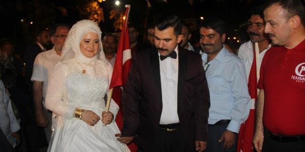 Şanlıurfa'da yeni evli çift nikah masasından demokrasi nöbetine gitti