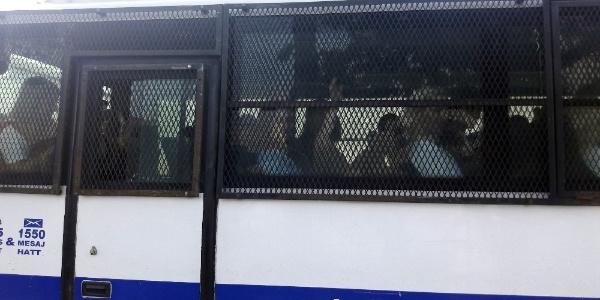 'Kedicikler' Bakırköy'deki cezaevine el sallayarak gitti