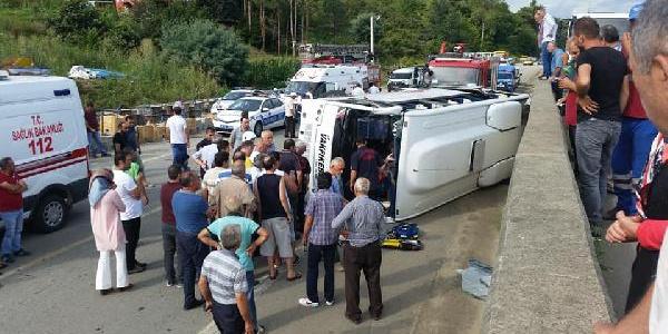 Vakfıkebir'de yola savrulan direk minibüsü devirdi: 2 ölü, 12 yaralı
