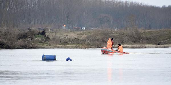 FETÖ şüphelisinin bindiği bot Meriç nehrinde alabora oldu: Eşi ve 3 çocuğu kayıp