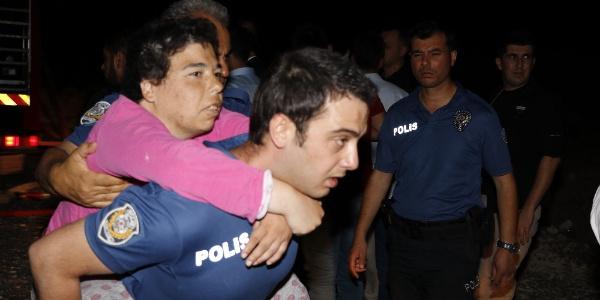 Engellileri polisler sırtlarında taşıyarak kurtardı