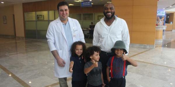 Türkiye'de ameliyata giren ABD'li babanın 3 çocuğuna doktor sahip çıktı