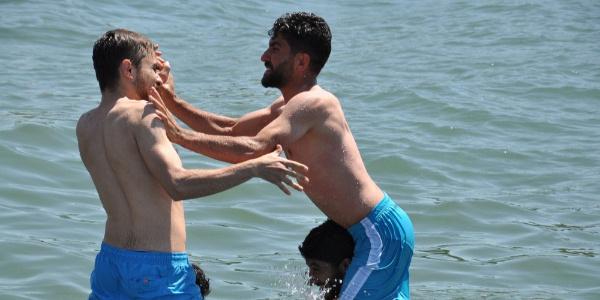 Sıcaktan bunalan Karslılar kışın üstünde kızaklar olan Çıldır Gölü'ne akın etti