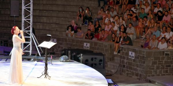 Candan Erçetin 16 yıl sonra Marmaris'te sahneye çıktı