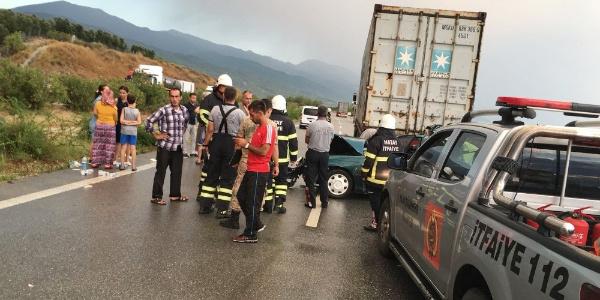 Hatay'da TIR'a çarpan otomobildeki 3 kişi öldü, 1 yaralı