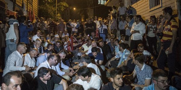İYİ Partililer Meral Akşener'in evinin önünde nöbet tutuyor