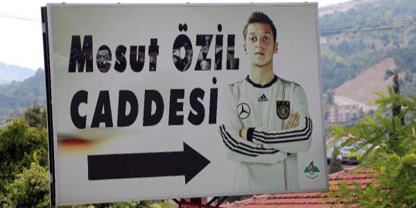 Devrek, Mesut Özil'in sırtındaki Alman Milli Takım formasını çıkarıyor