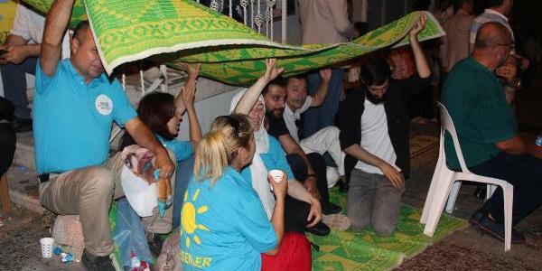 İYİ Partililer Meral Akşener'in evinin önüne çadır kurdu