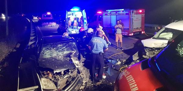 Bursa'da ters şeritte çarpışan araçtaki 7 kişi yaralandı