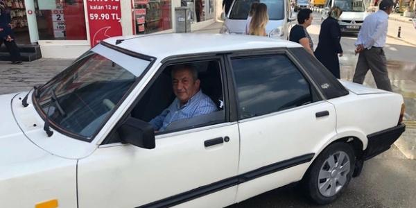 Babalarının 30 yıl önce sattığı otomobili bulup satın aldılar