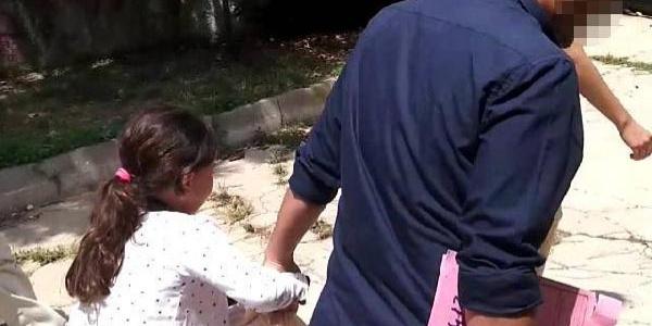 Küçük kızı annesi istedi diye zorla babasından kopardılar