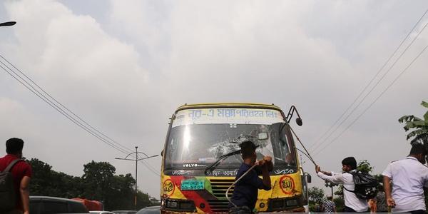 Dakka'da yarış halindeki otobüs dehşet saçtı: 6 ölü