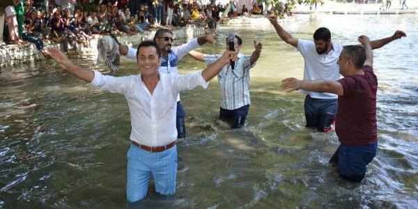 Manisa'daki en güzel kavun ve karpuz yarışmasında havuz keyfi