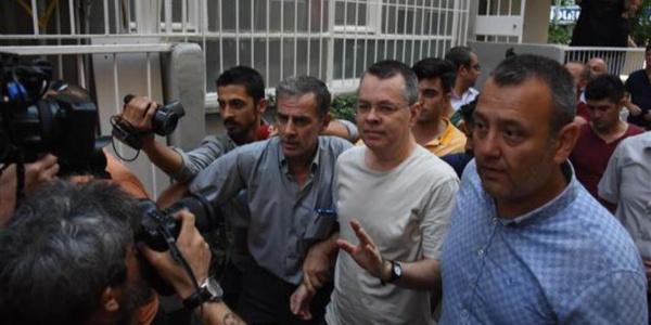 ABD'li Papaz Brunson'a verilen ev hapsine avukatı itiraz etti