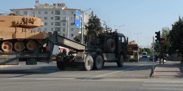 Türkiye'den Suriye'ye yeni  askeri araç sevkiyatı