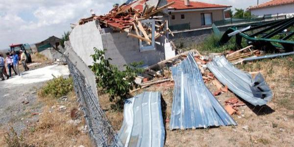 Ankara Bala'da hortum dehşeti: Çatılar uçtu ağaçlar devrildi