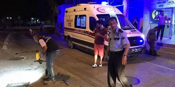 Sakarya'da yakınını getiriği hastane önünde silahlı saldırıya uğradı