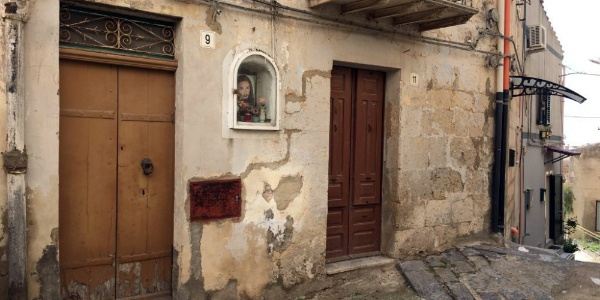Turist çekmek için yazlık evleri 1 euro'dan satışa çıkardılar