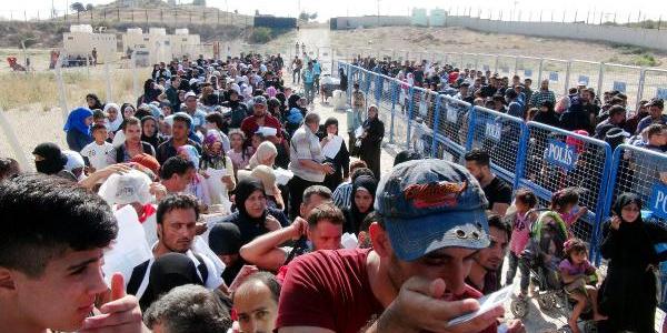 Suriyeliler Kurban Bayramı için sınır kapısında izdiham oluşturdu