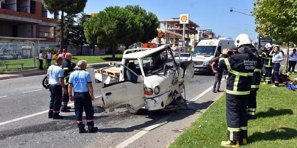 Tekirdağ'da kamyonet, kırmızı ışıktaki araçları biçti: 4 yaralı