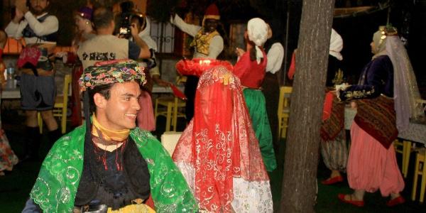 Muğla'da Türkçeyi öğrenen yabancı öğrencilere  Türk kınası yapıldı