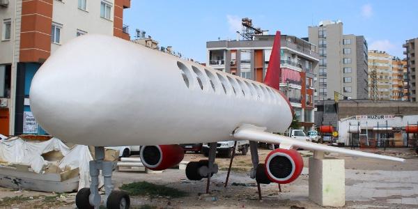 Antalya'da müşterisi ile anlaşamayınca yaptığı uçağı satışa çıkardı