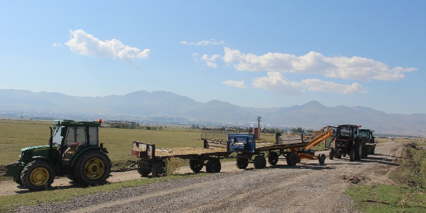 Erzurum'da meralarına el konulan köylüler traktörlerle yol kapattı