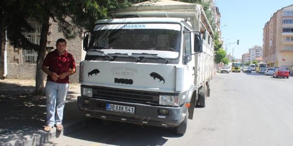 Kayseri'de pazarcı esnafı iki arabasından birini devlete bağışladı