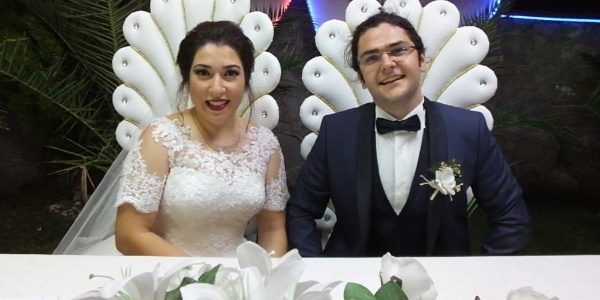 Düğün davetiyelerine ana sınıfındaki elele fotoğraflarını koydular