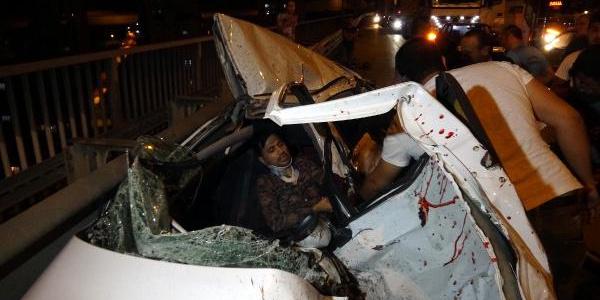 İzmit TEM'de otomobile çarpan TIR devrildi: 3 yaralı