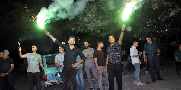 Kocaeli'nde vatandaşlar taş ocağının kapatılmasını havai fişekle kutladılar