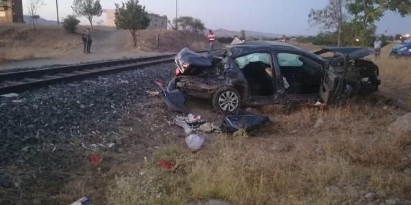 Otomobilden atlayarak trenin altında kalmaktan kurtuldu