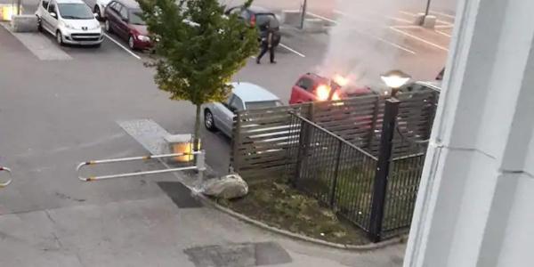 İsveç'in Göteborg kentinde  80 araba yakıldı