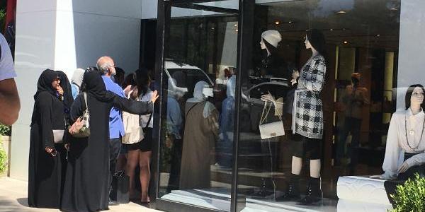 Turistler lüks mağazalar önünde kuyruğa girdi