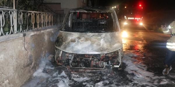 Ümraniye'de park halindeki araçta yangın