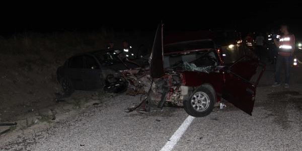 Çankırı'da iki otomobil kafa kafaya çarpıştı: 1 ölü, 10 yaralı