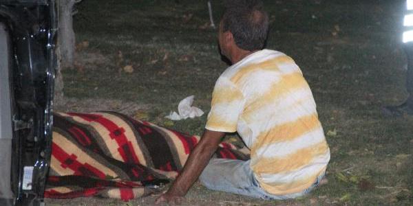 Konya'da takla atan otomobil çiçek satan kadın ve oğluna çarptı