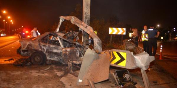 Adana'da direğe çarpıp yanan otomobilin sürücüsü öldü