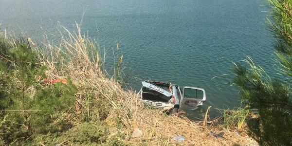 Gölete uçan otomobildeki aynı aileden 4 kişi öldü