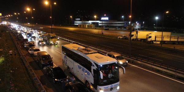 Tatilciler bu kez erken yola çıktı: TEM kilitlendi