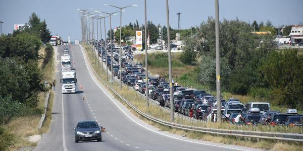 Kapıkule'de gurbetçiler 9 kilometre kuyruk oluşturdu