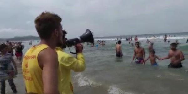 Cankurtaranlar Şile Ayazma Plajı'nı boşaltmaya çalışıyor