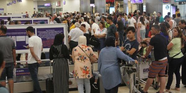 Atatürk Havalimanı'nda tatil dönüşü büyük yoğunluk